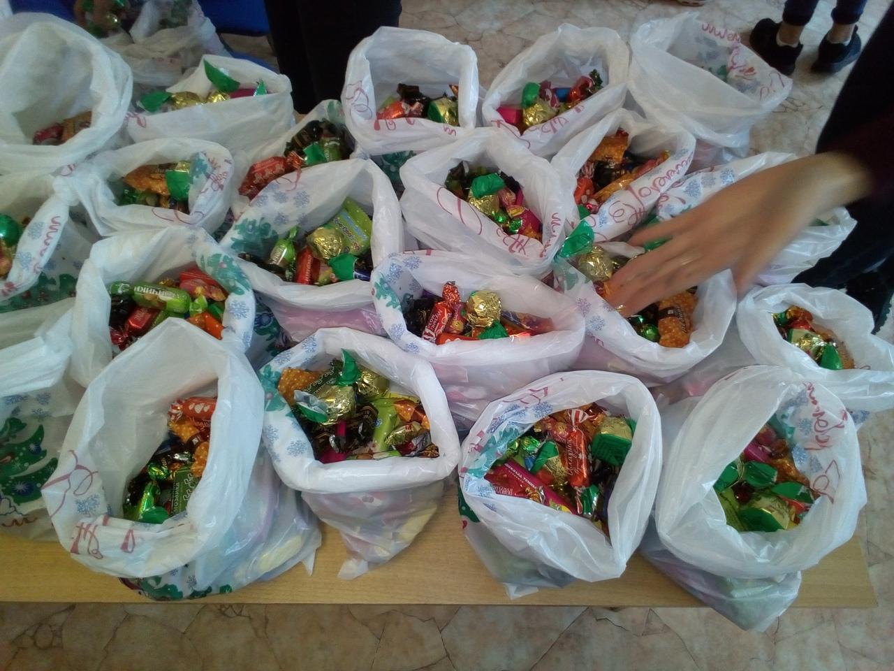 Студенты ВЭК приняли активное участие в приобретении и отправке новогодних подарков детям юго-восточных районов Донецкой и Луганской областей Украины
